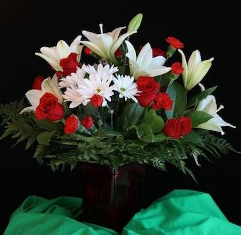 Arrangement flower lilies vase roses bouquet
