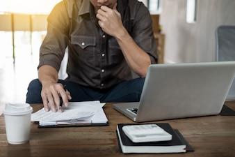 カフェに座って仕事をしている喫茶店で、熟練した実業家の本物のイメージ