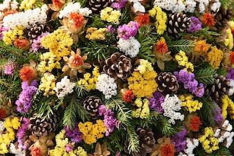 秋の自然の概念。美しい秋の装飾。墓地でのカラフルな秋の花 - ハロウィーン。