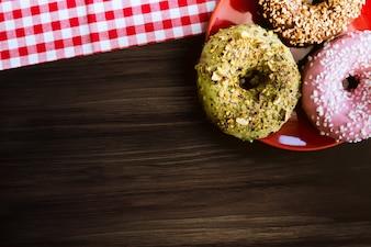 木製のテーブル上のプレート上の素晴らしいアメリカンドーナツ