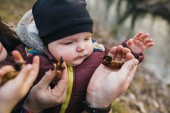 おもちゃと両親と遊ぶ赤ちゃん