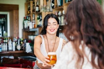 Бармен дает пиво женщине