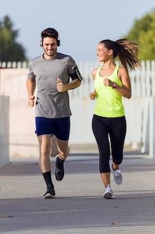美しい夫婦が通りを走っている。
