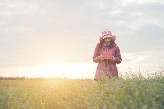 美しい幸せな若いファッションの女の子