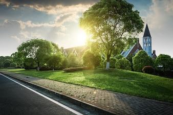 セメントの美しいモダンな家、庭園から見える。