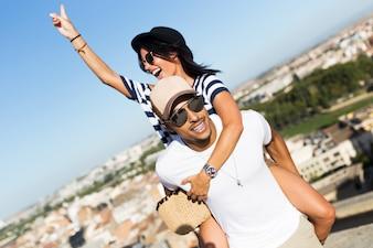美しい若いカップルは、通りの夏を楽しむ。