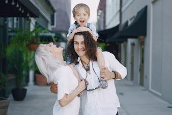 美しい若い家族