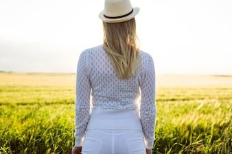 フィールドで夏を楽しむ美しい若い女性。