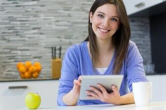 美しい若い女性とデジタルタブレット