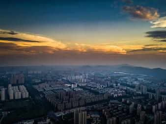 夕日の背景に都市の高層ビルと大きな都市のスカイライン。