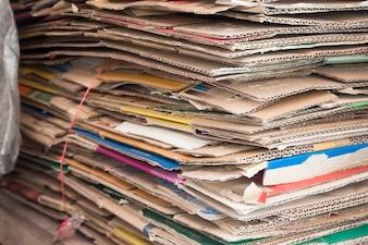 大きな紙の積み重ね、廃紙のリサイクル