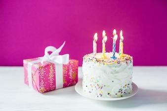 Торт на день рождения и небольшой подарок