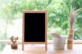 テラスの空白の黒板。コピースペースのコンセプト。