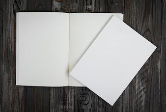 上から見た木製のテーブルの上に空白の本