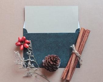 Пустая поздравительная открытка макет с ремесленными и рождественскими украшениями