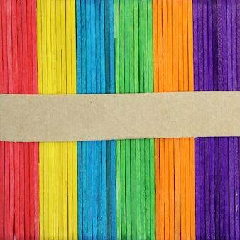 色の木の背景に白紙