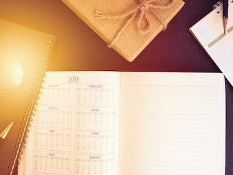 空の計画のノートブックとペンの机は私たちの主催者のスケジュールの生活やビジネスプランナーの概念を使用する