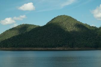 水の中の青い空と山