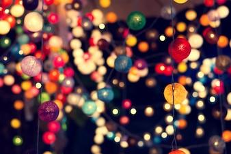 パーティーの夜、ヴィンテージエフェクトスタイルでカラフルな光のボールの背景をぼかし