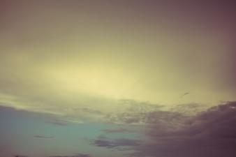 抽象的な背景のために空をぼかしたヴィンテージカラートーン