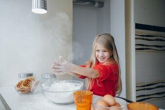 миска девочки кухня маленькая