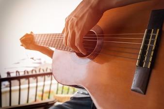 男の子はギターを手にする