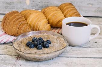 木製テーブルでの朝食