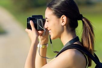 ブルネットの長い髪のかなり収穫のカメラ
