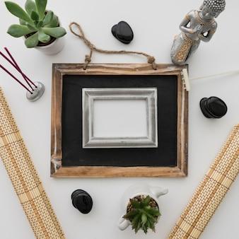黒板とフレームによる仏の構成