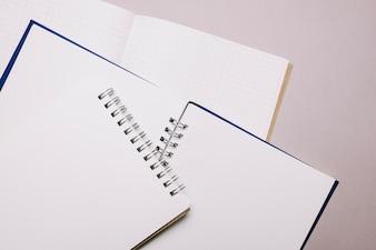空白のメモ帳の束