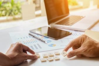 ビジネスコンセプト。彼らの成功したチームワークの結果を示すチャートやグラフを議論するビジネスマン。