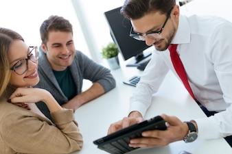 オフィスで彼のクライアントに契約条件を説明するビジネスマン。