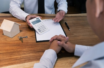 делового человека, подписавшего контракт, заключая сделку с агентом по недвижимости. Концепция для консультанта.