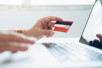 ビジネスオンラインショッピングのコンセプト。ショッピングしてクレジットカードで支払う人々