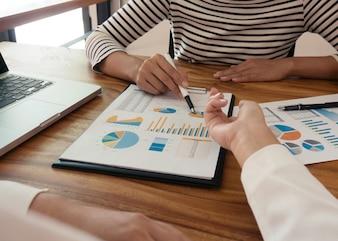 Деловые люди Встреча Дизайн Идеи профессиональный инвестор, работающий над новым проектом. Концепция. бизнес-планирование в офисе