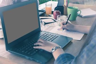 朝の時間に投資チャートを分析するビジネス女性。