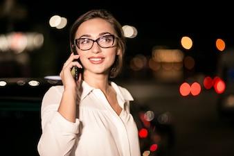 電話でビジネスの女性