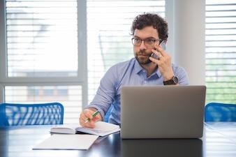 ビジネスマン、オフィスで話す電話