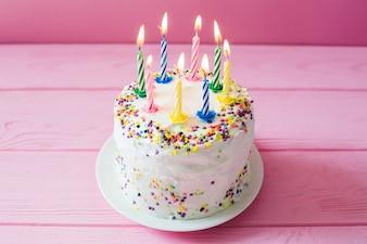 Торт со свечами в день рождения