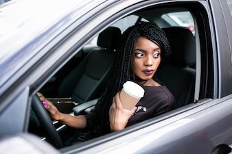 車のアメリカ人の女の子アフリカの運転