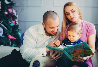 本の女を読んでお祝いのライフスタイルの幸福