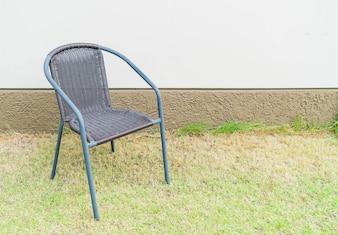 空の壁の椅子