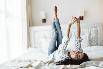 就寝時間を楽しむ魅力的な女性