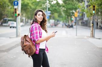 Веселый турист, использующий навигацию по смартфону