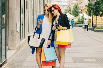 電話とバッグを持つ陽気な女性