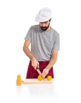 オレンジジュースを作るシェフ