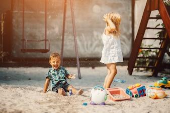 砂の公園で遊んでいる子供たち