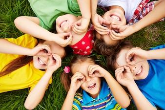 芝生の上で遊んでいる子供たち
