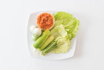 新鮮な野菜がセットされたチリソース