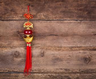 木製の壁に中国の旧正月の飾り